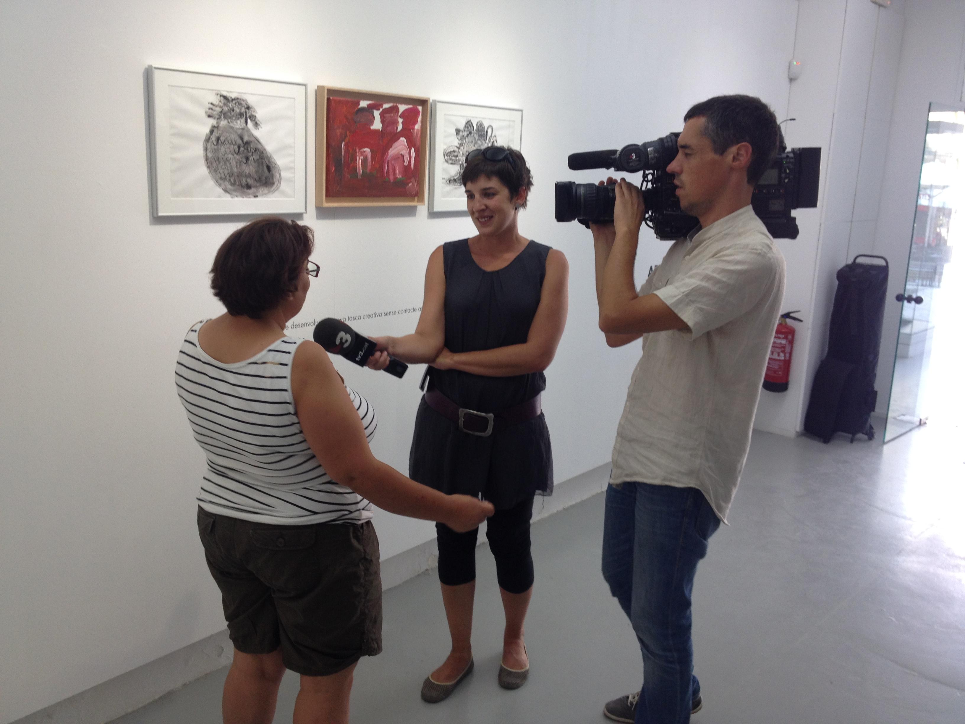 La periodista de TV3 Neus Santamaria entrevista a Sandra Planas.