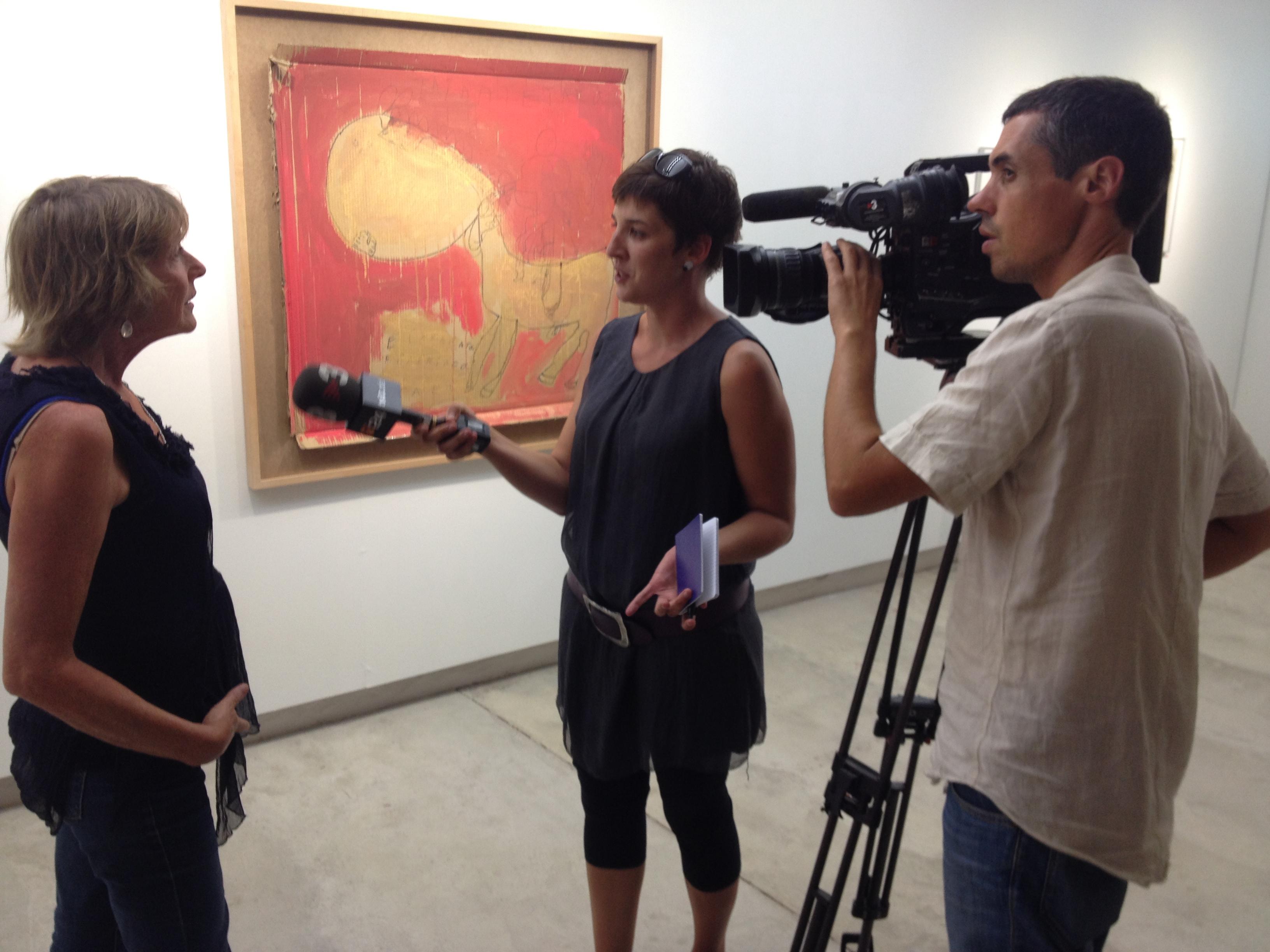 La periodista de TV3 Neus Santamaria pregunta a la tutora d'Art Especial Helen Baanders.